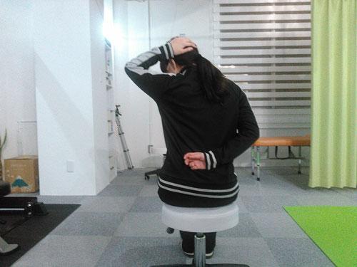 肩甲挙筋のストレッチ2