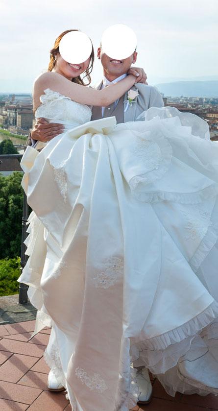 結婚式当日にお姫様抱っこをする新郎新婦